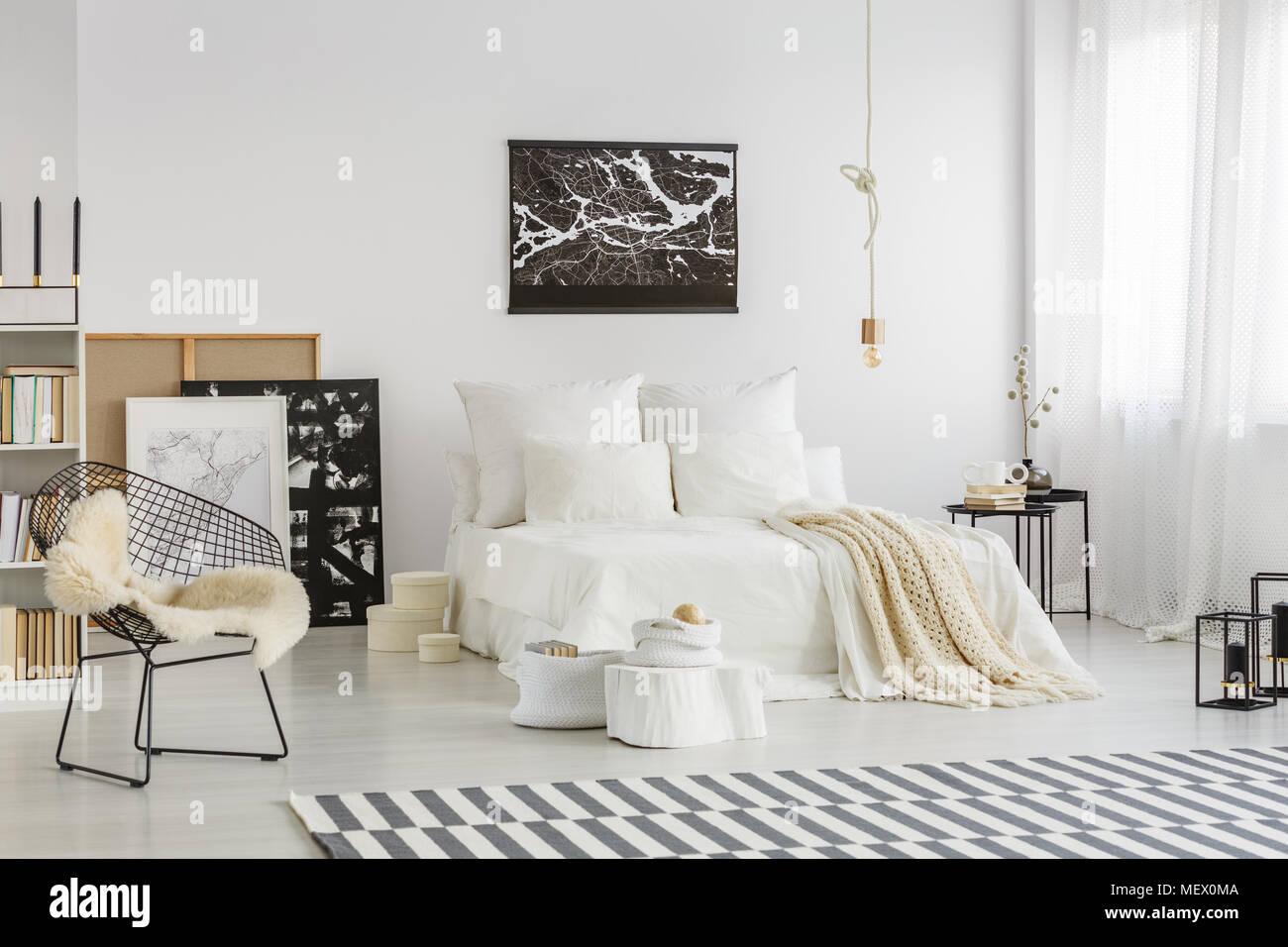 Chambre spacieuse avec intérieur beige couverture sur un lit blanc ...