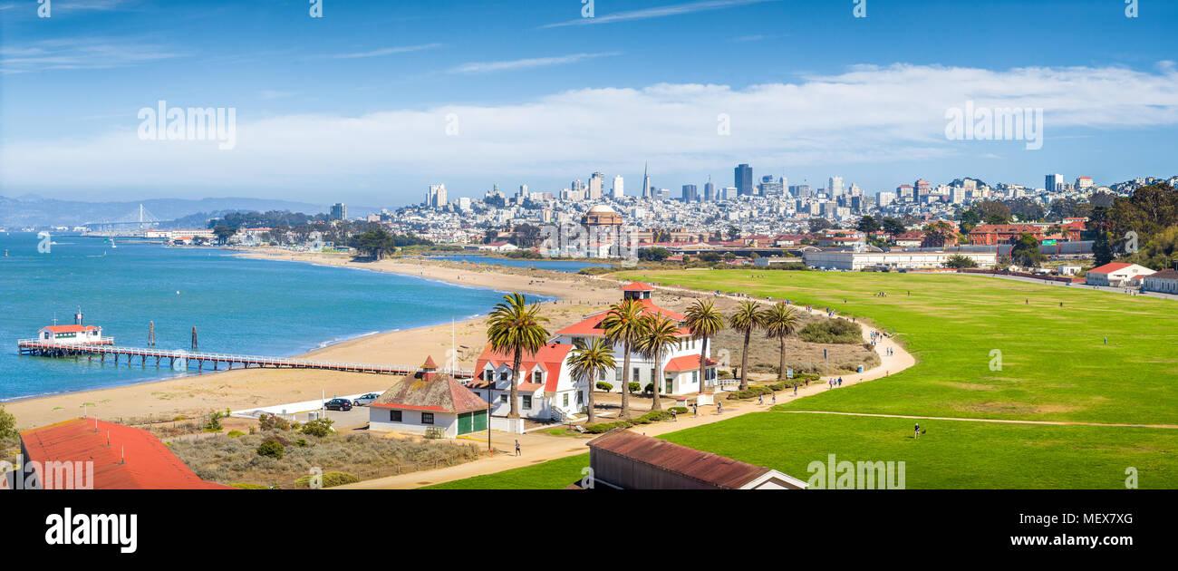 Vue panoramique de l'horizon de San Francisco avec Crissy historique et ancien champ de Fort Point USCG Life Boat Station (LBS) dans l'avant-plan, en Californie Photo Stock