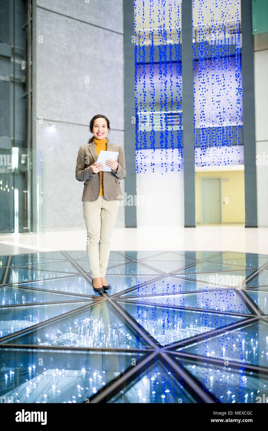 Succès businesswoman in office hall contemporain Banque D'Images