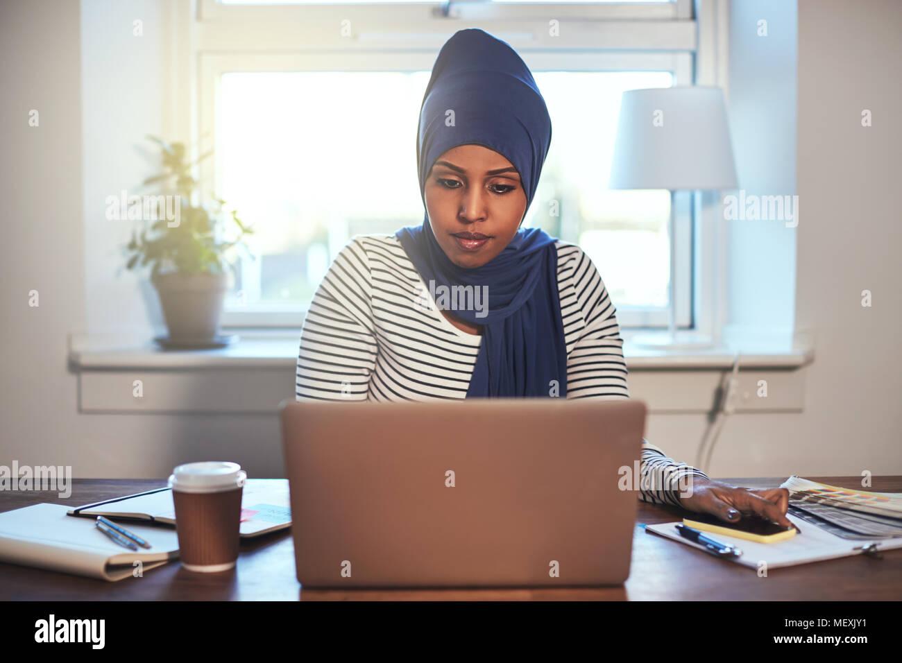 Bureau En Arabe : L accent arabe jeune femme entrepreneur portant un hijab en ligne