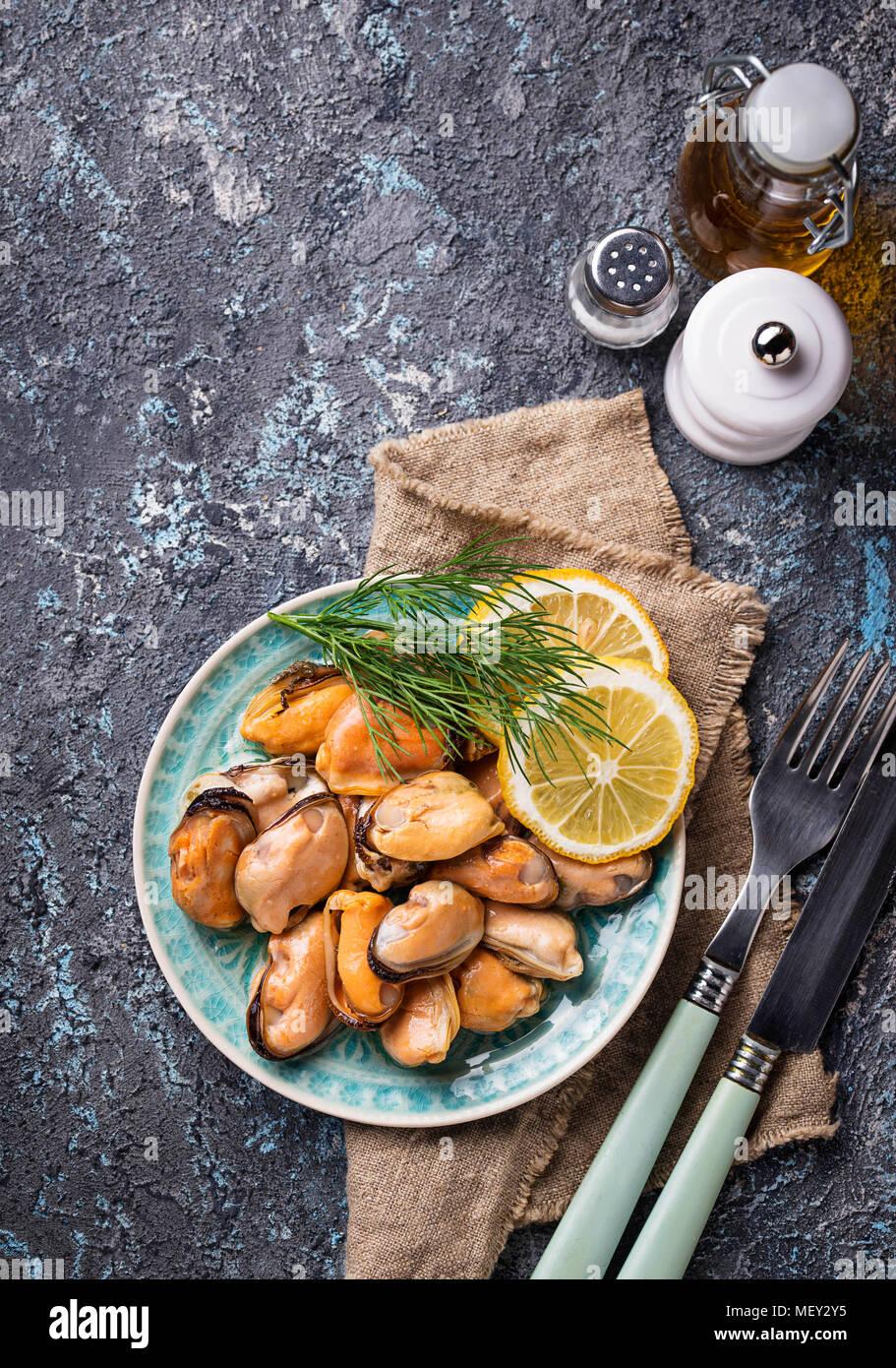 Moules marinées avec du citron et des épices Photo Stock