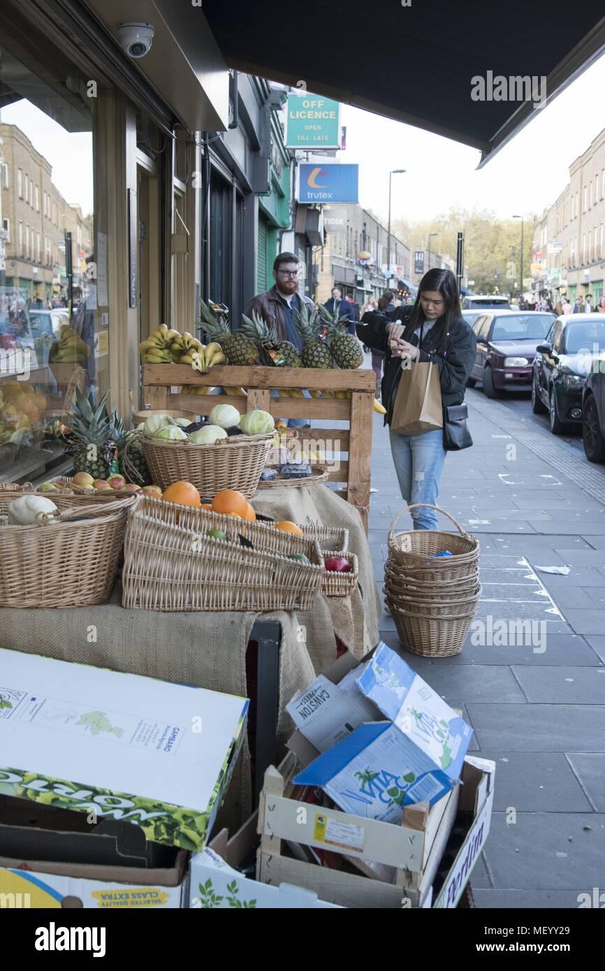 Shoppers parcourir des fruits pour la vente à Broadway Market, un marché à Hackney, East London, Royaume-Uni, le 29 octobre 2017. () Banque D'Images