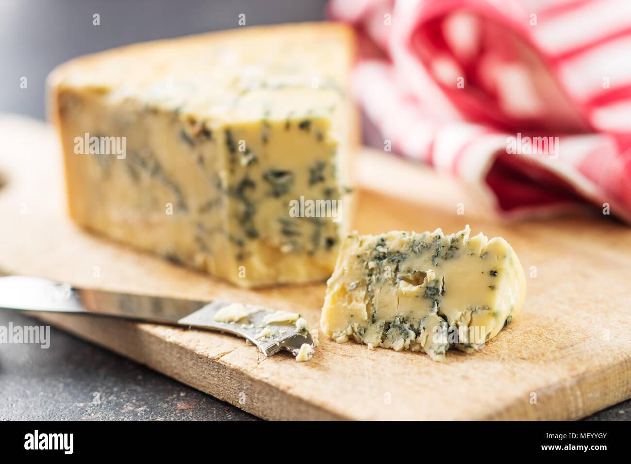 Délicieux fromage bleu sur une planche à découper. Photo Stock