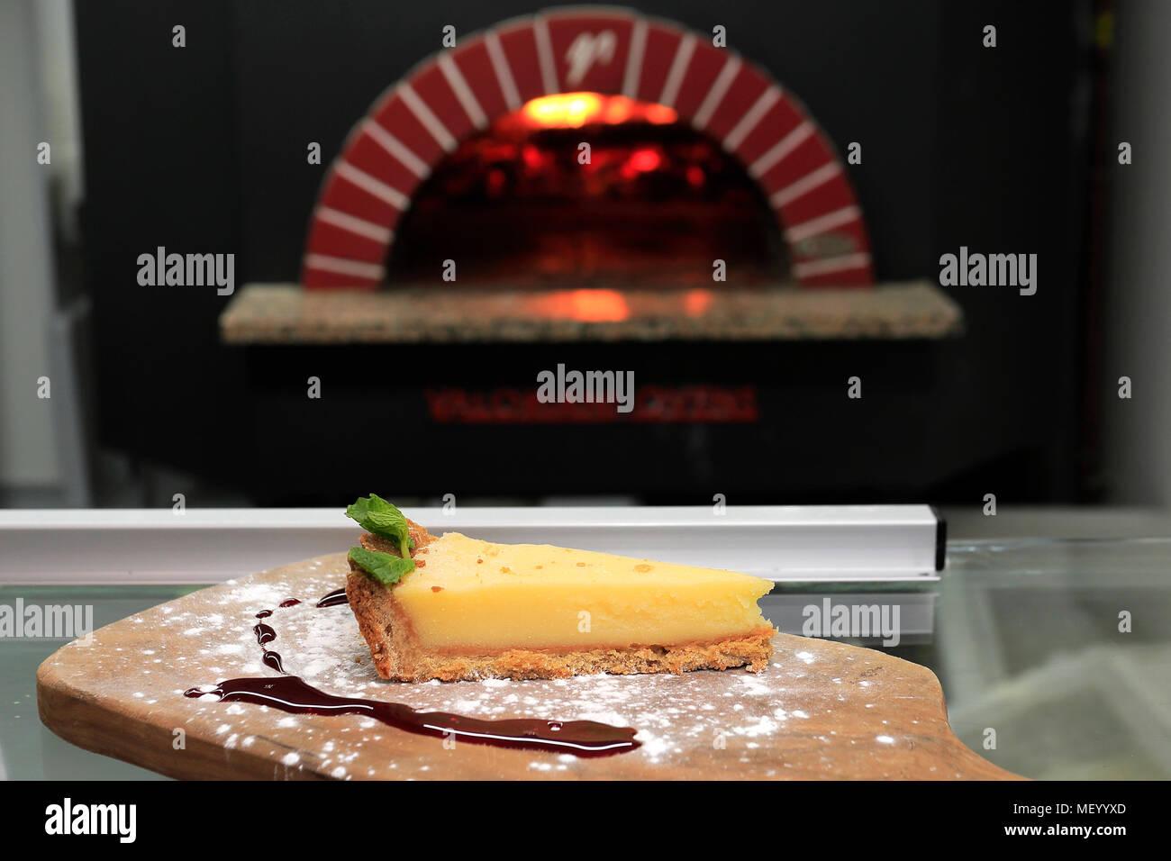 Tranche de citron Cheesecake, dans le cadre d'un restaurant Photo Stock