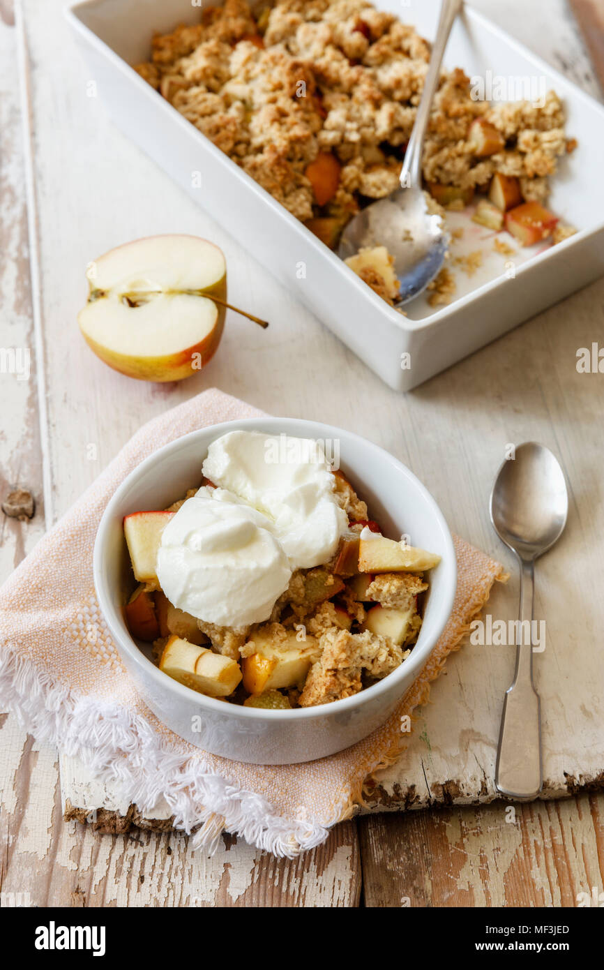 Crumble de flocons d'avoine gâteau à la rhubarbe et aux pommes Photo Stock