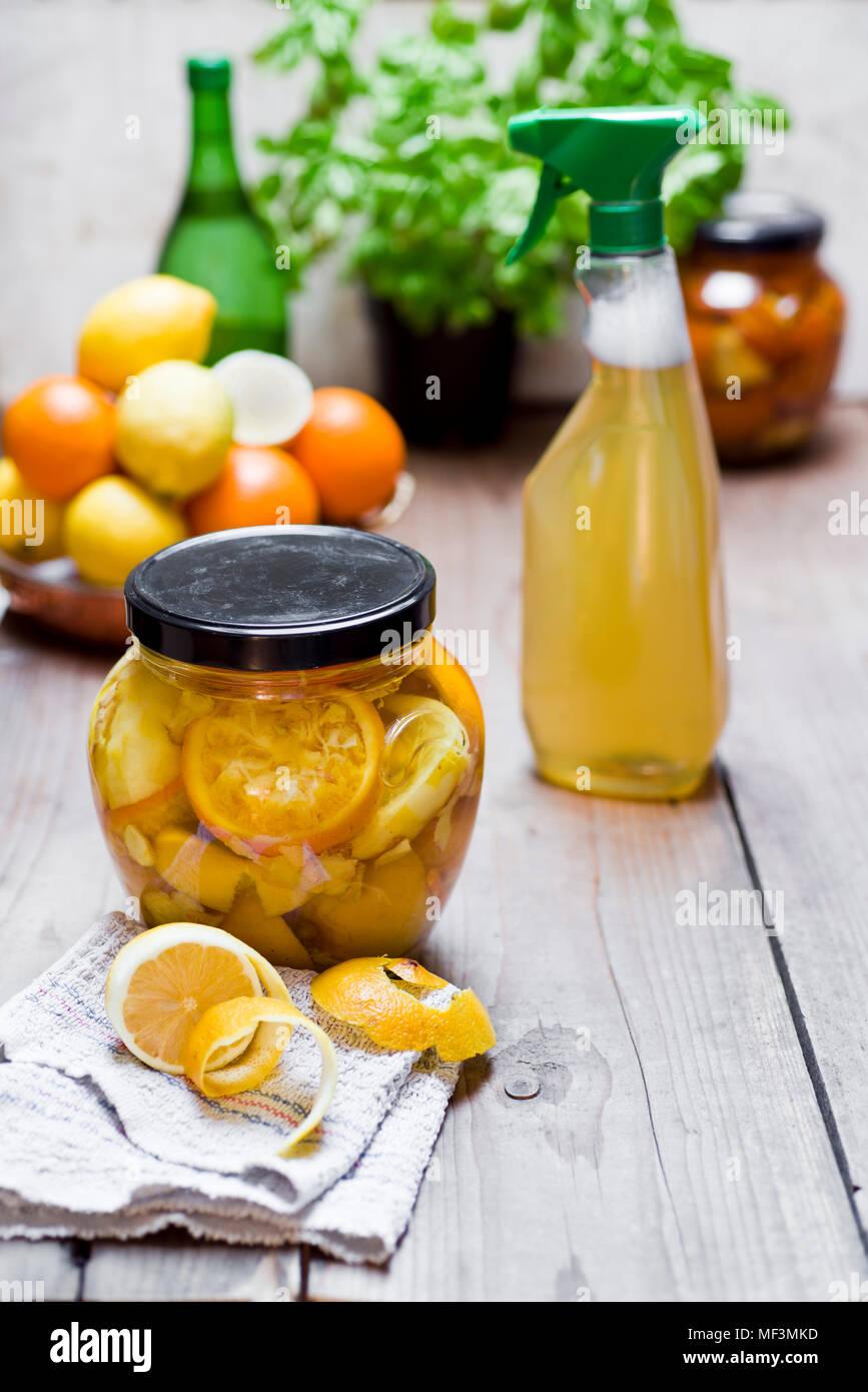 Agent de nettoyage faits maison, le vinaigre, les pelures d'agrumes, gingembre et de l'eau Photo Stock