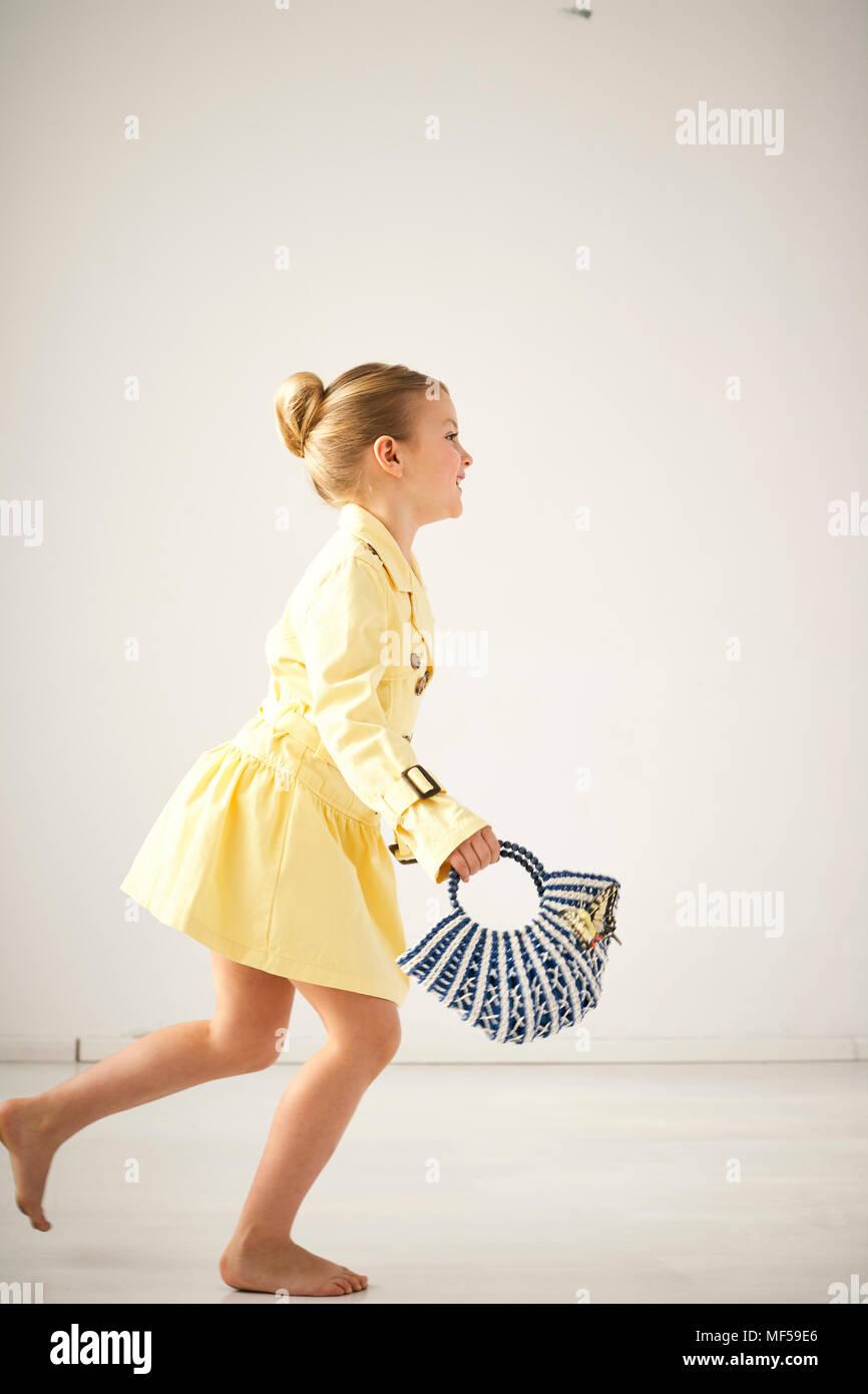 Smiling little girl avec sac à main Photo Stock