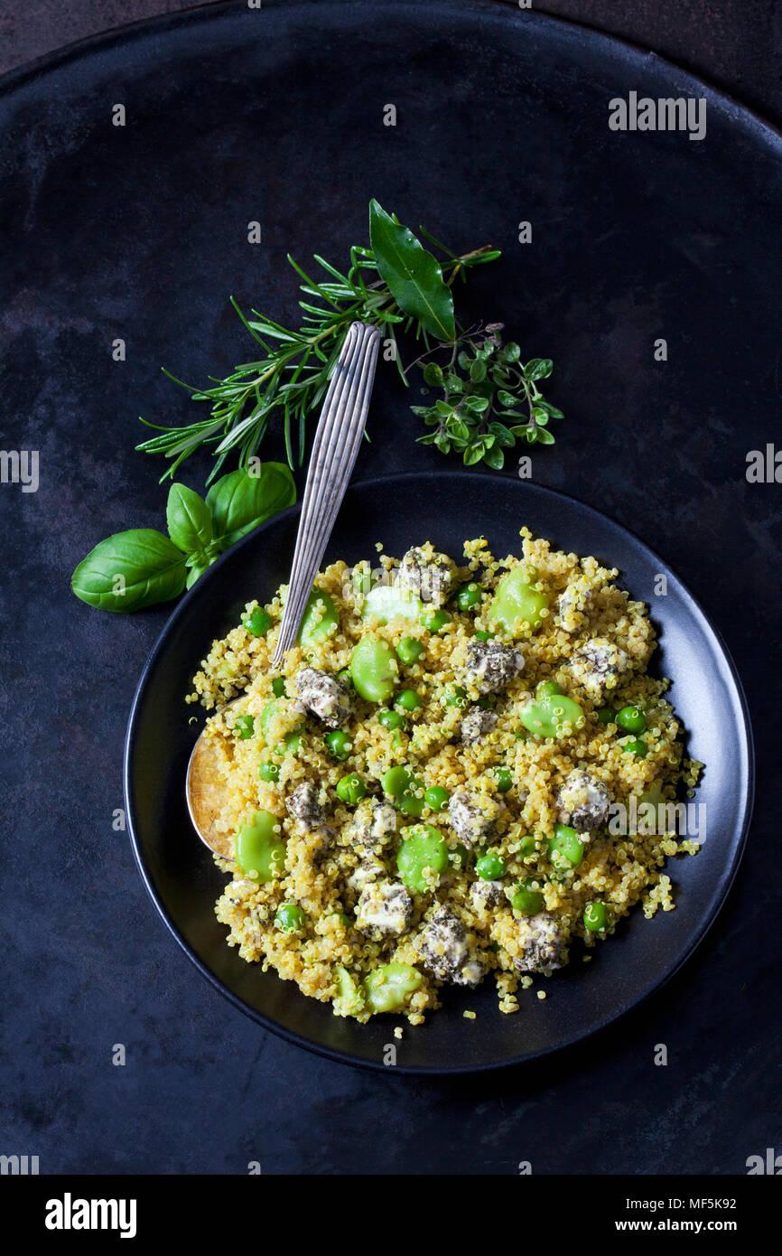 Bol de Salade de quinoa avec des fèves, petits pois et feta Photo Stock
