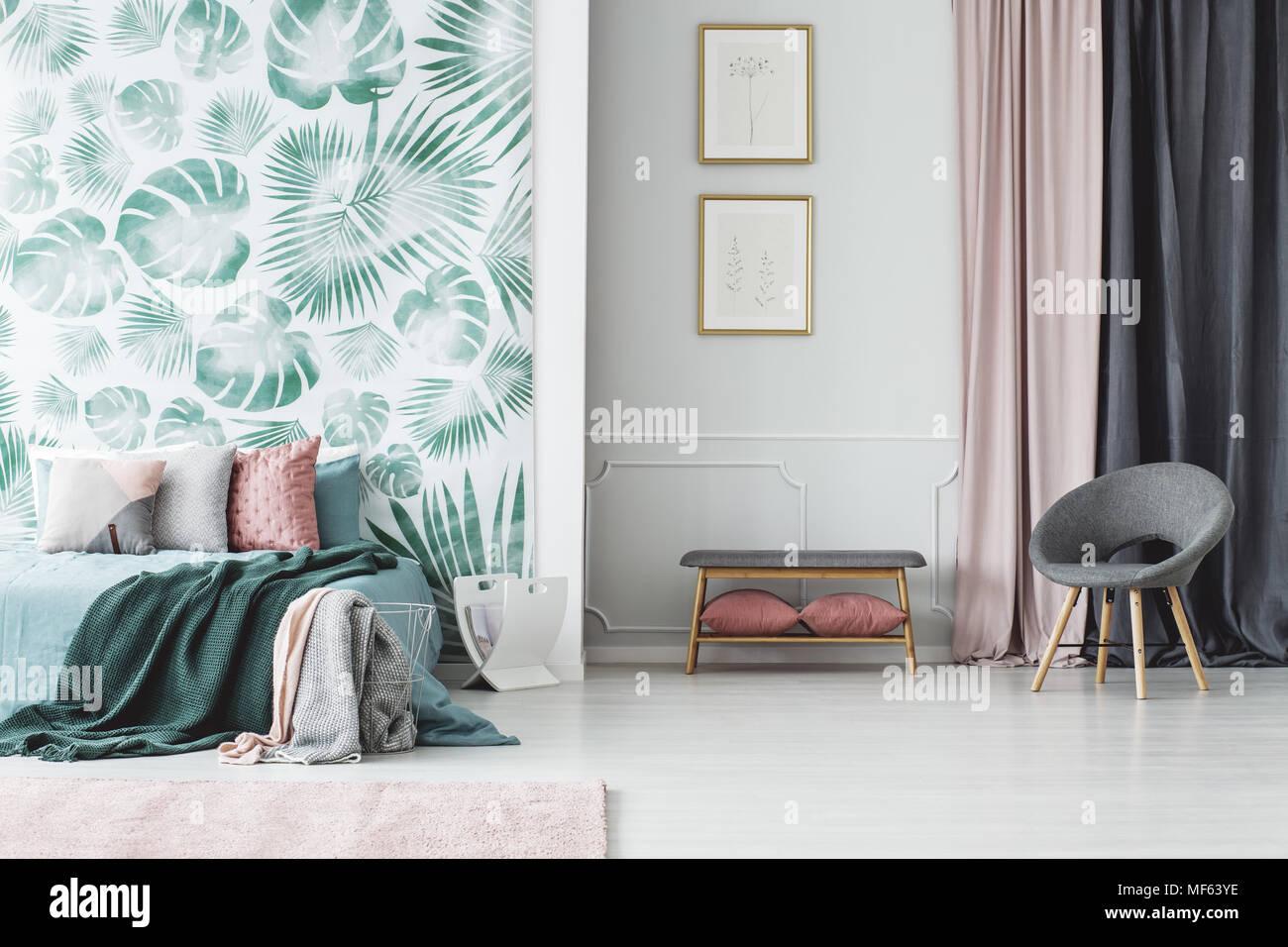 Fauteuil Gris Et Des Affiches à Lu0027intérieur Chambre à Coucher Avec Lit Vert  Contre Les Feuilles Papier Peint