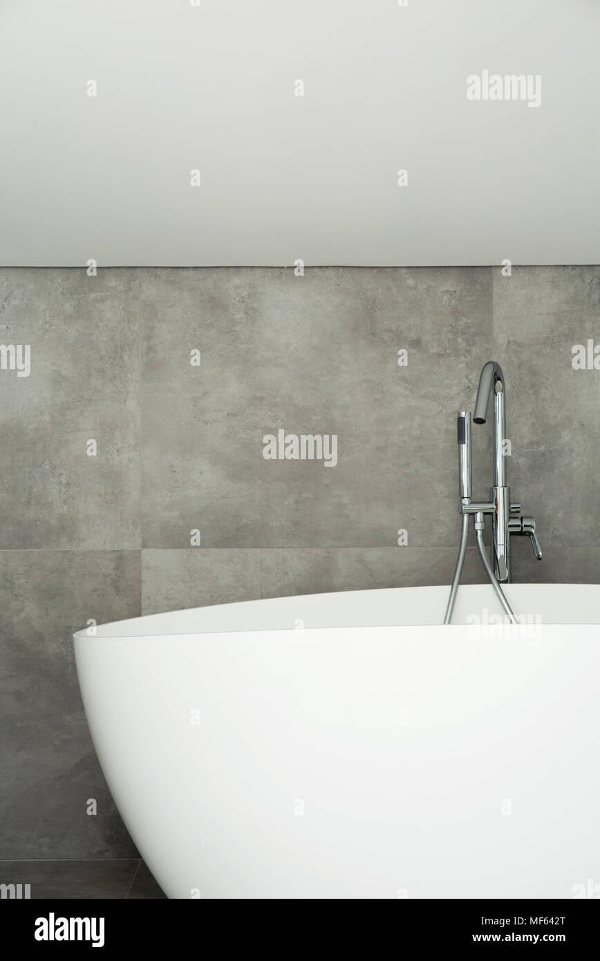 Baignoire Blanche Contre Mur Gris L Int Rieur Salle De Bains