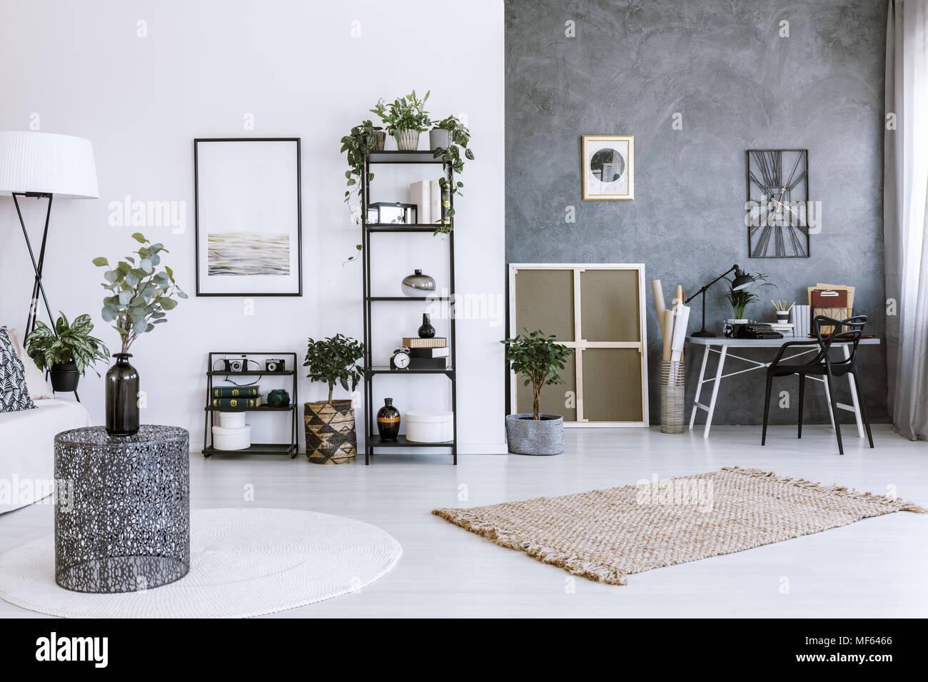 Espace de bureau moderne avec des plantes d intérieur table en