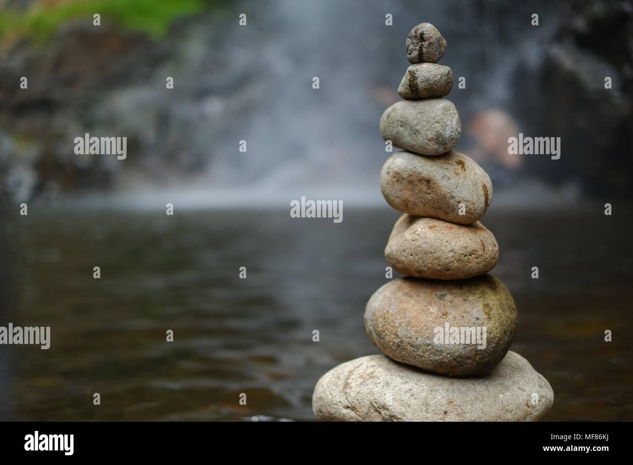 Galet sur la cascade. L'image de haute qualité de la pyramide de galets pierres sur cascade symbolisant la stabilité, le zen, l'harmonie, l'équilibre Photo Stock