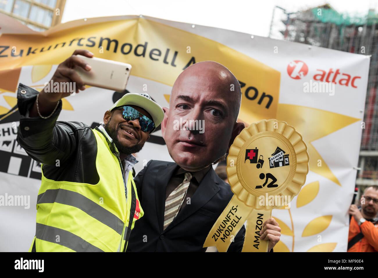 Un Manifestant Fait Une Demonstration Avec Un Selfies Portant Un