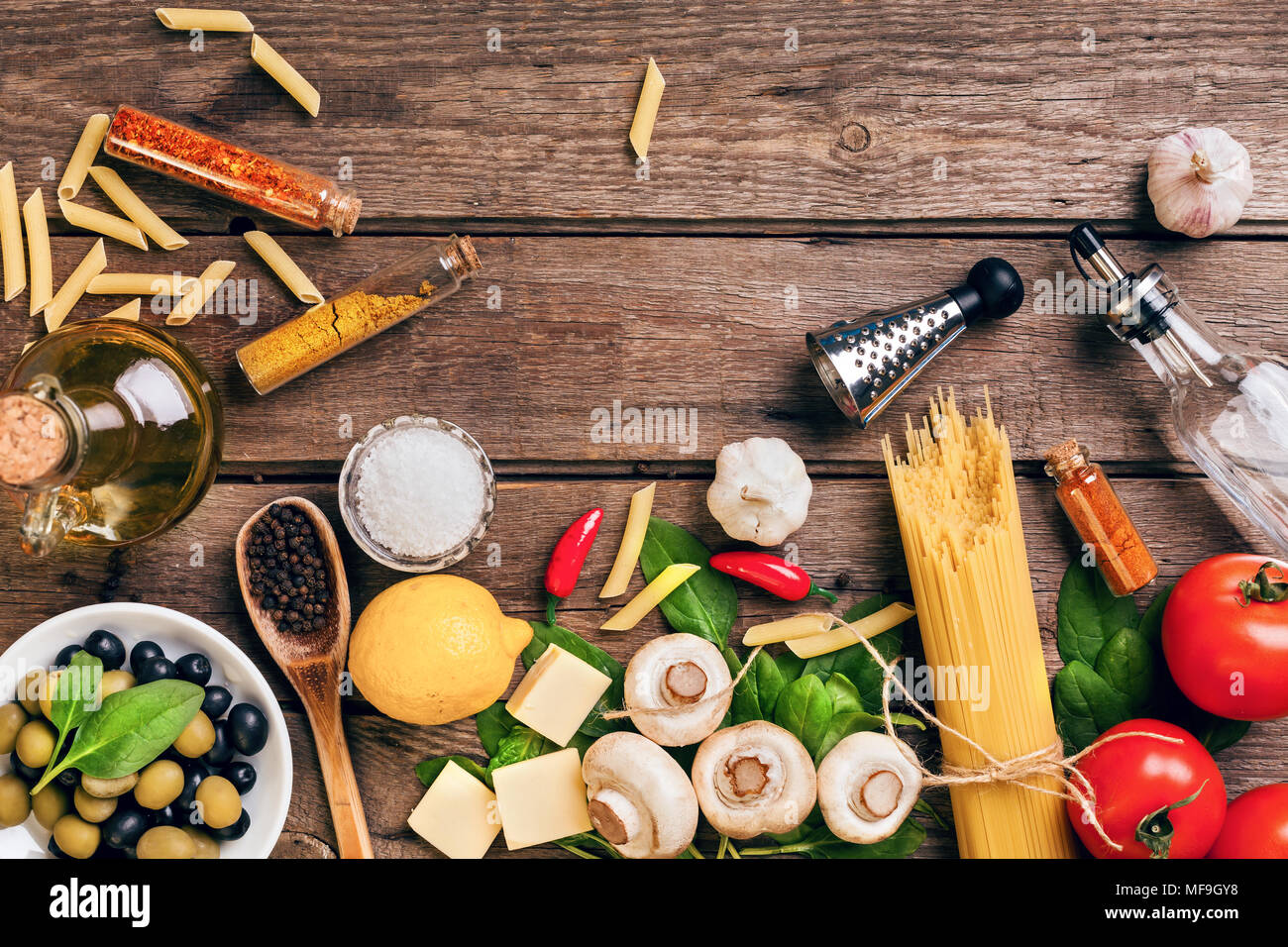 La nourriture italienne ingrédients pour la préparation des pâtes sur fond de bois Photo Stock