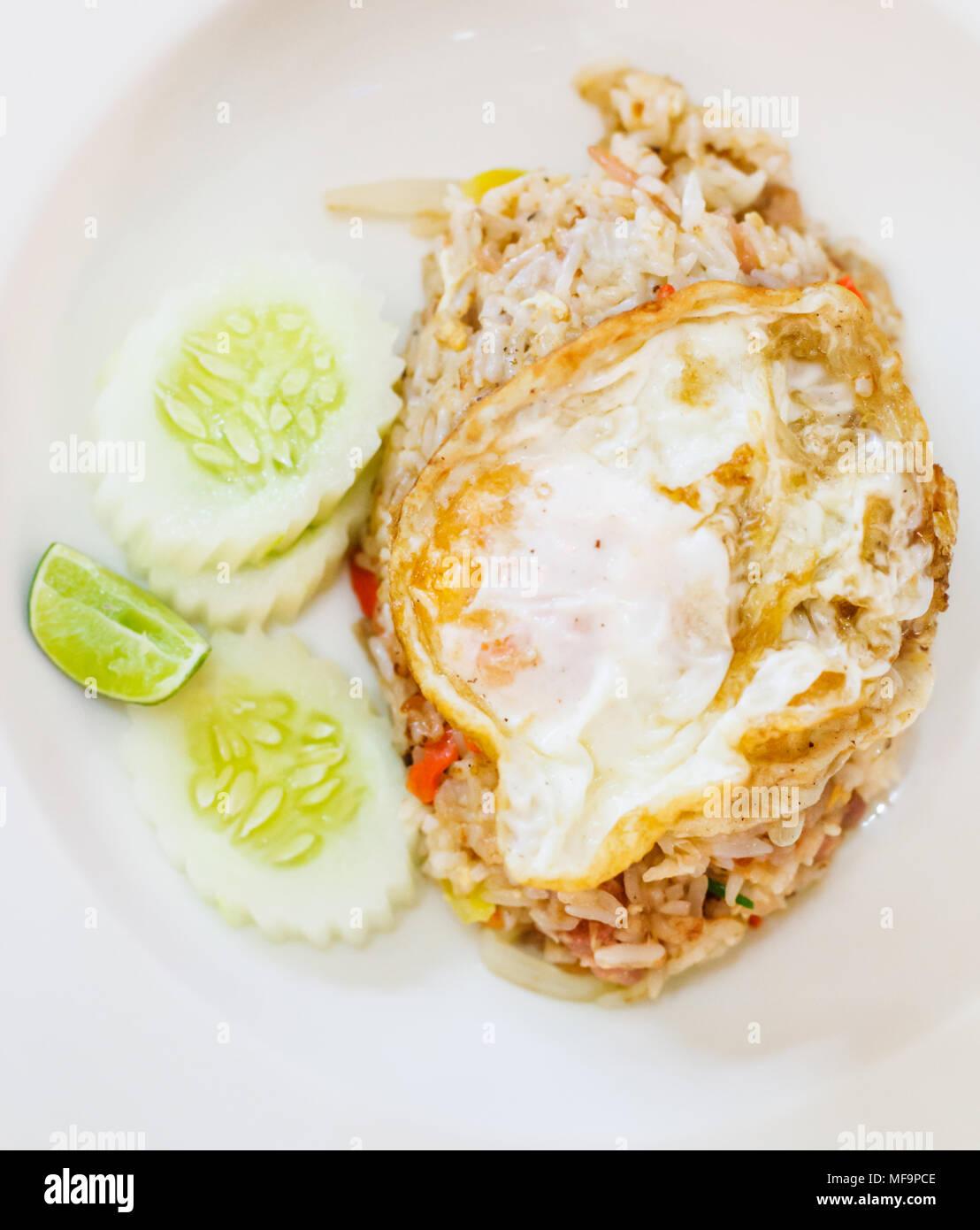Selective focus close up Traditional Thai cuisine asiatique menu alimentaire: delicious Thai riz frit porc fermenté avec œuf frit sur le dessus garnie avec du citron Photo Stock