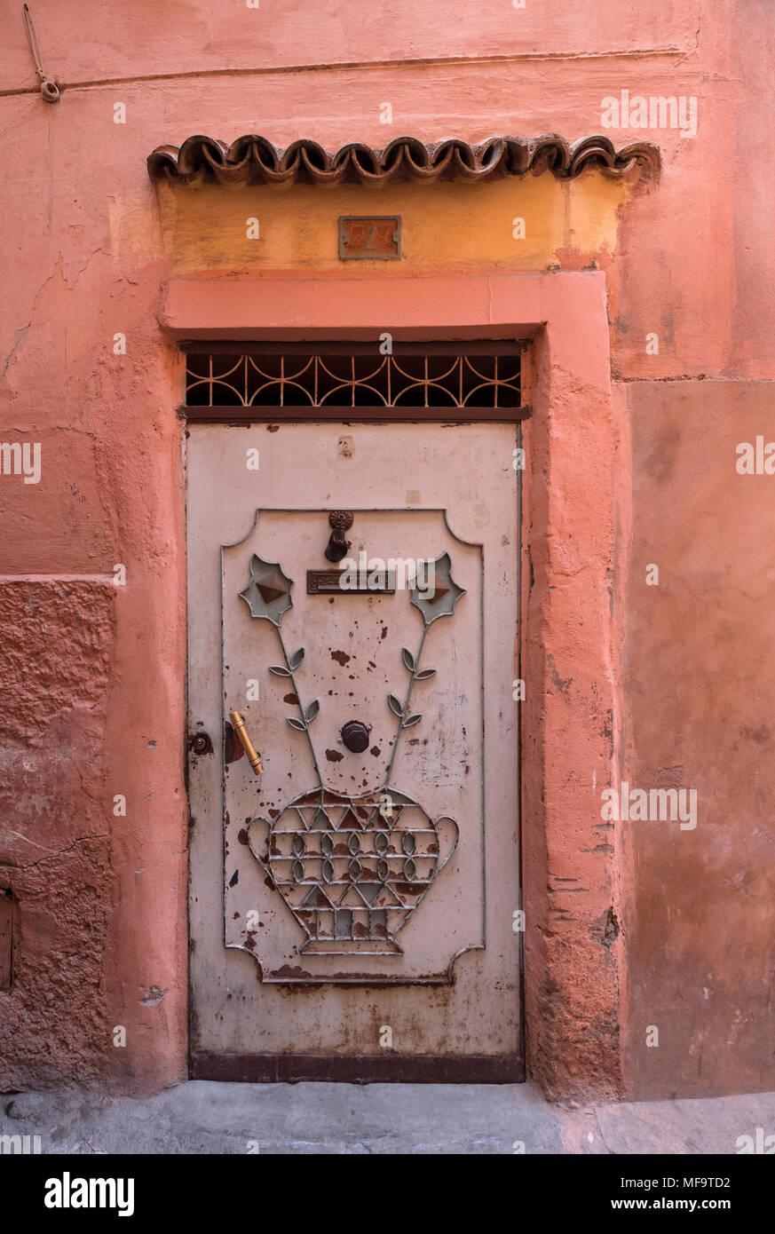 Maison typique de porte d'entrée dans les petites rues de Marrakech, Marrakech, Maroc Photo Stock
