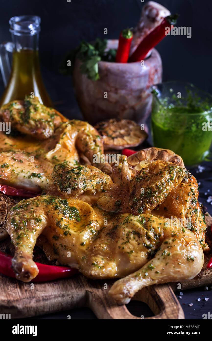 En Flattaned - poulet rôti de poulet doré, tabaka repas traditionnel de cuisine géorgienne. Photo Stock