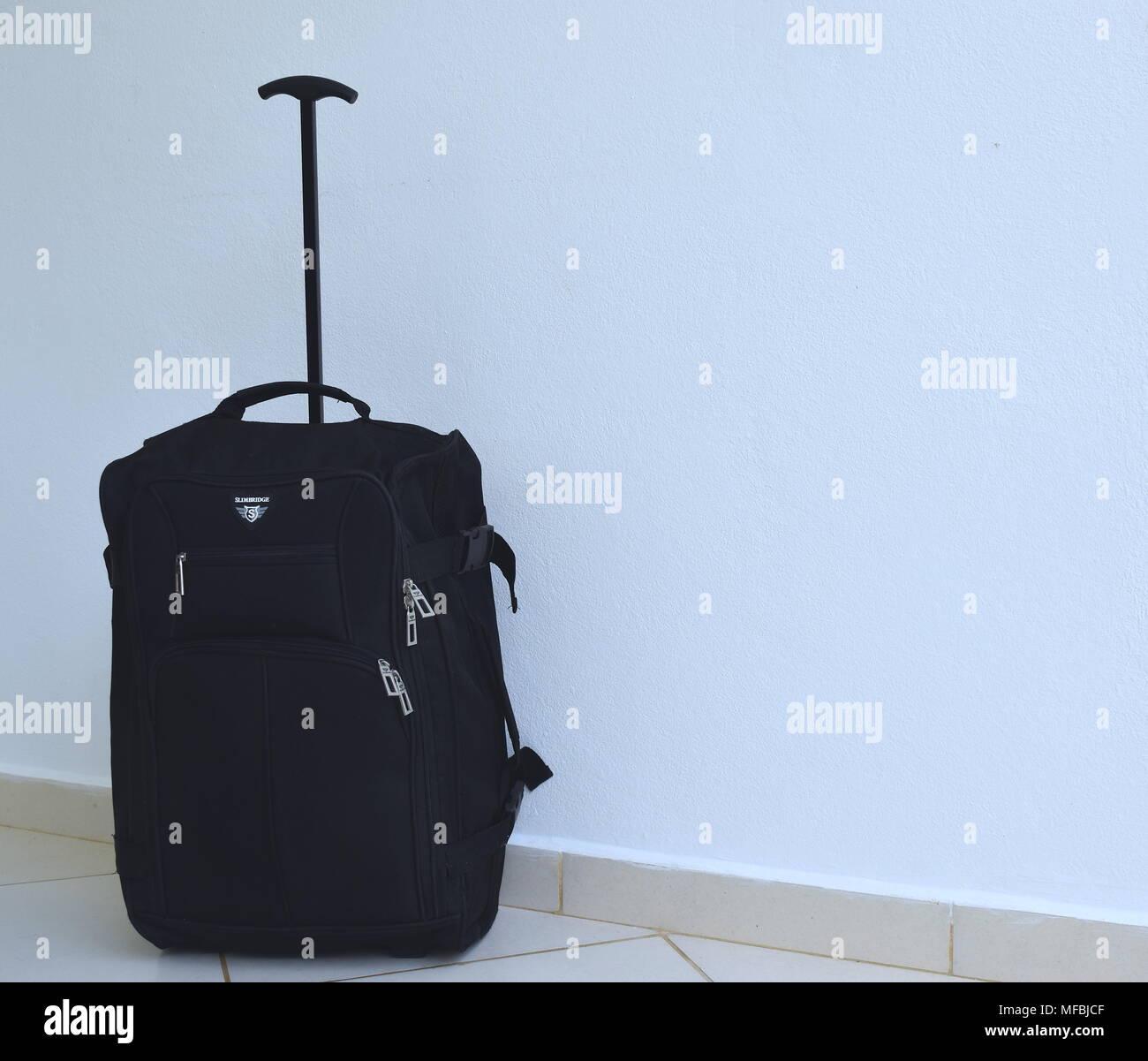 Noire avec une belle écharpe de soie sur fond texturé Blanc · lovemydesigns    Alamy Banque D Images 85c302f09bc
