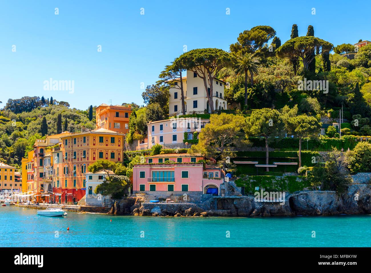 Portofino, est un village de pêcheurs, province de Gênes, en Italie. Un lieu de villégiature avec un port pittoresque et avec la célébrité et les visiteurs artistique Photo Stock