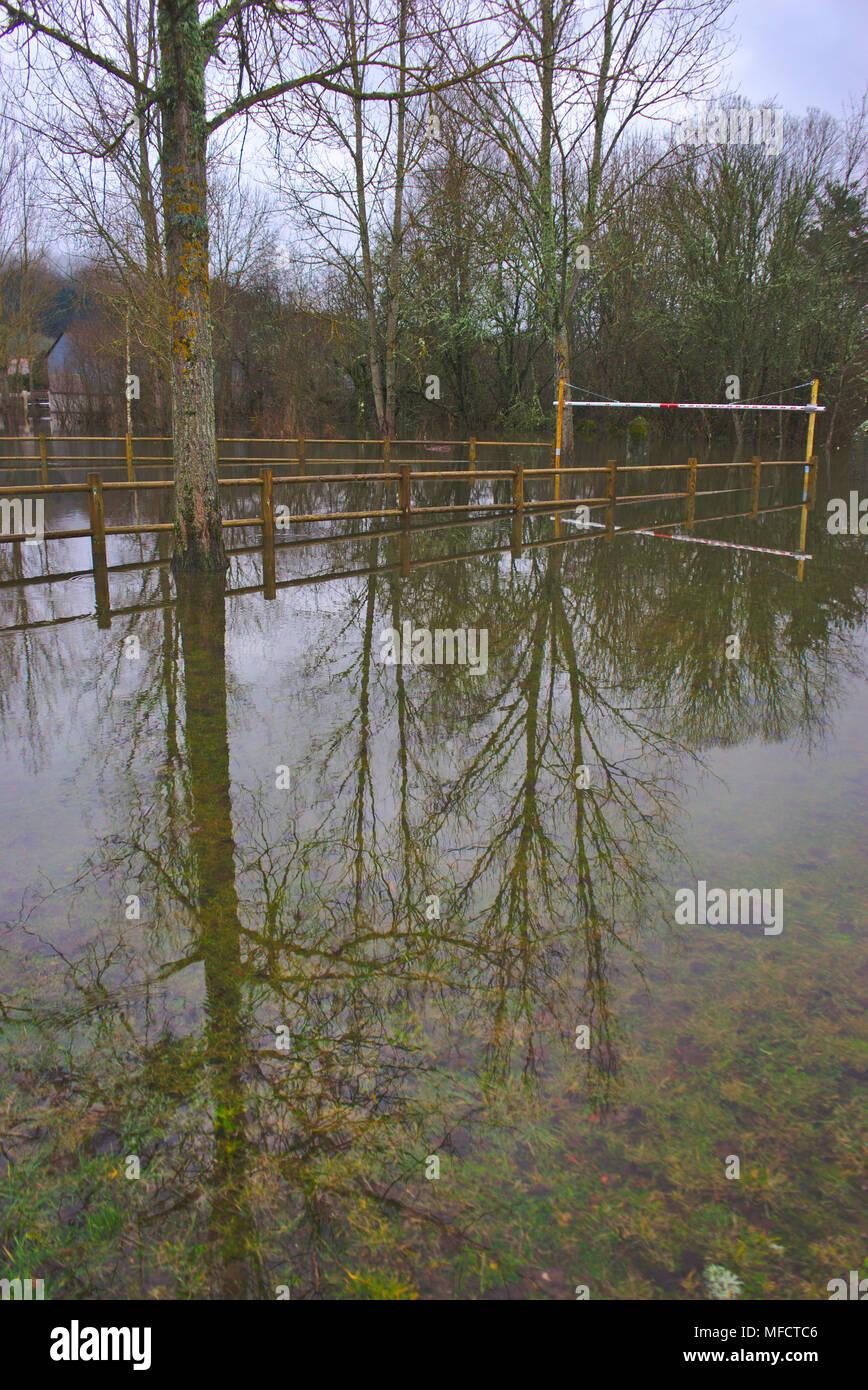 Champs inondés par une inondation de la Sioule, à Pontgibaud en Auvergne en avril 2018 Photo Stock