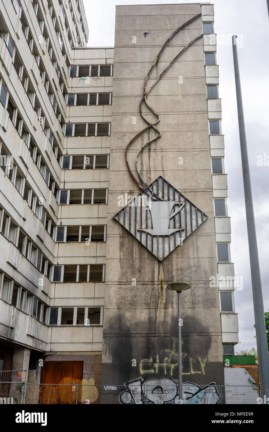"""L'art de mur communiste sur l'ancien abandonné 'Haus der Statistik"""" (chambre des statistiques) le long d'Otto Braun Strasse à Mitte à Berlin, Allemagne en 2018 Banque D'Images"""