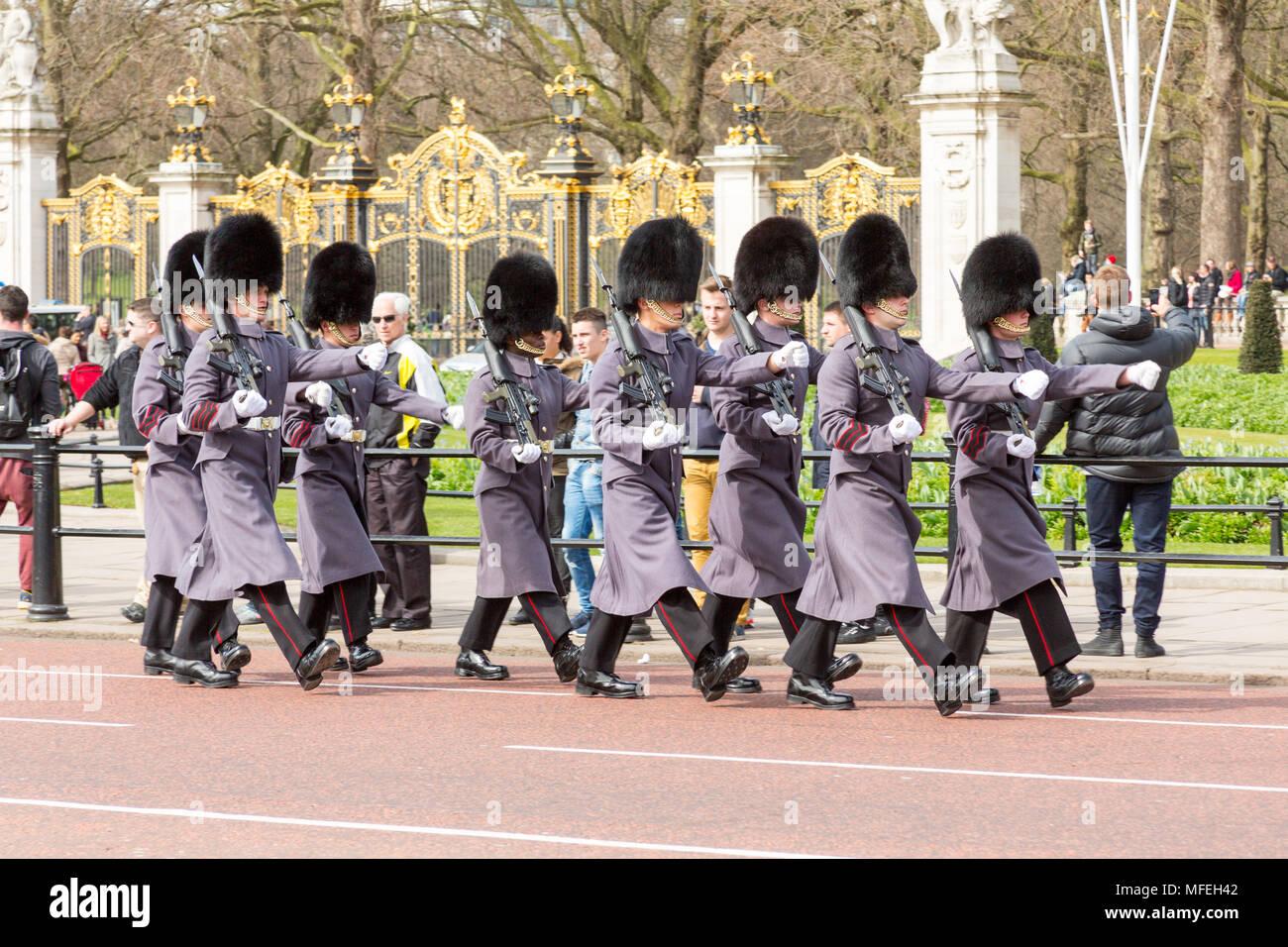 Londres, Royaume-Uni - 27 mars 2015: Des soldats en uniforme de cérémonie gris mars pas de Buckingham Palace. Banque D'Images