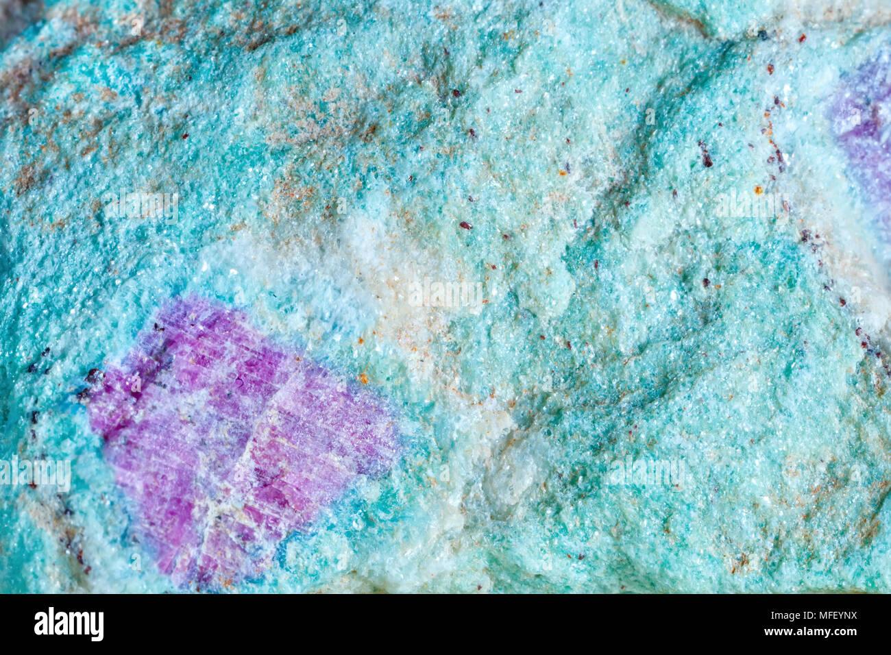 La prise de vue macro de pierre naturelle. La texture de métal de l'aniolit avec un rubis. Résumé fond. Photo Stock