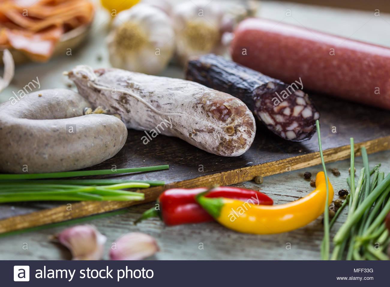 Un assortiment de saucisses fumées et séchées Photo Stock
