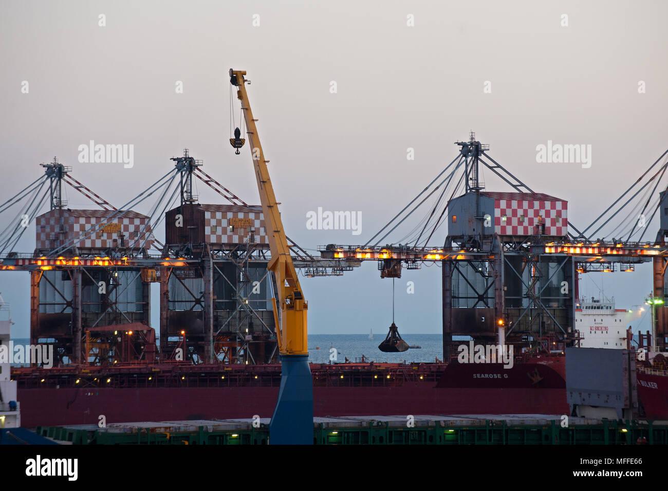 Taranto. L'usine sidérurgique ILVA, transport des minéraux sur la courroie du convoyeur. Italie Photo Stock