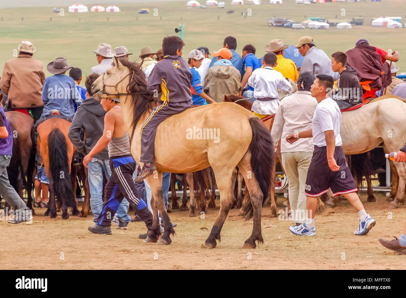 Khui Doloon Khudag, la Mongolie - le 12 juillet 2010: course de chevaux cavaliers à Naadam steppe sur l'extérieur de la capitale, Oulan-Bator Photo Stock