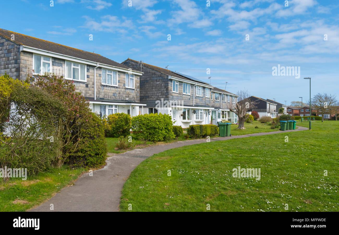 Rangée de maisons modernes à côté d'un parc dans la région de Littlehampton, West Sussex, Angleterre, Royaume-Uni. Photo Stock