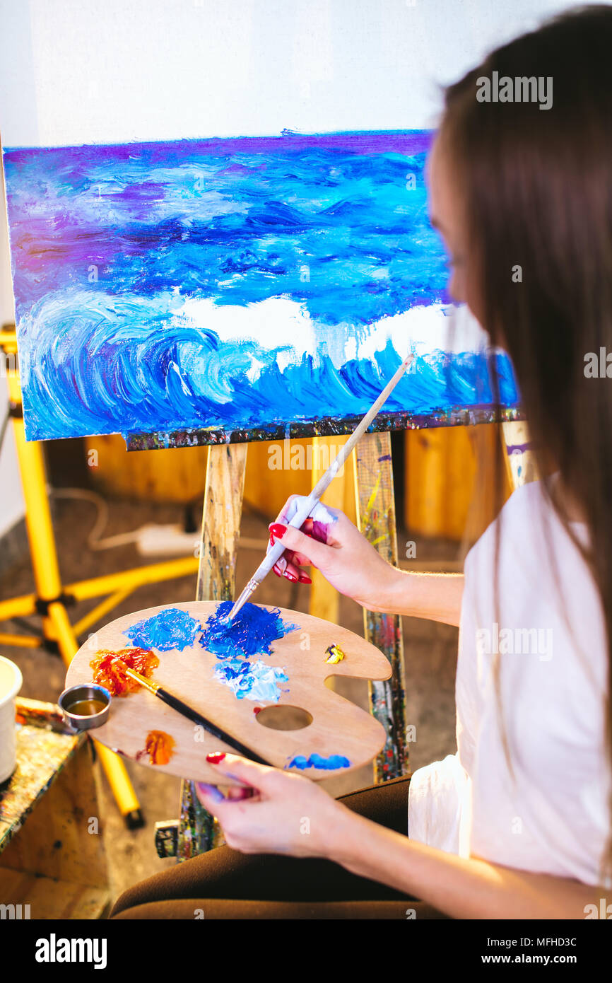 Peintre Femme Tenant Une Palette Et Pinceau Une Peinture