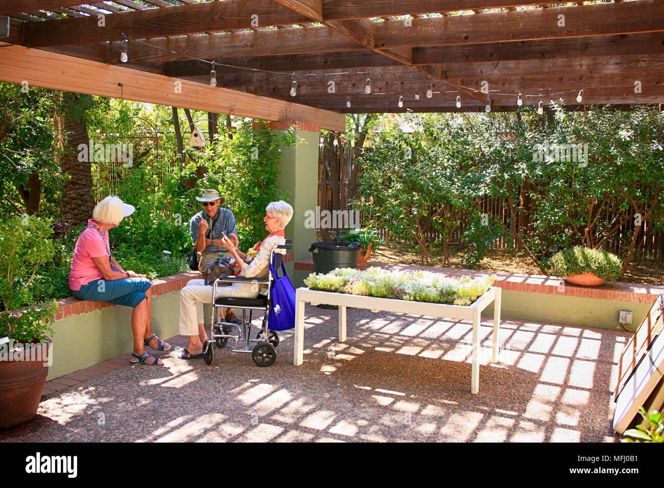 Les retraités bénéficiant de la journée au jardin botanique de Tucson en Arizona Photo Stock