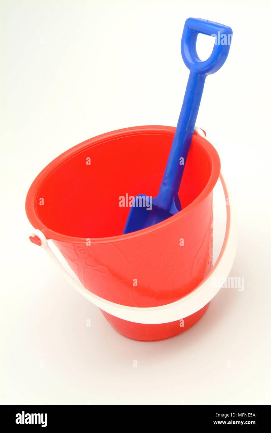 Close-up of a toy bucket et spade Ref: CRB117 10024__063 crédit obligatoire: David Barrett Sem - Allemand / Photo Stock