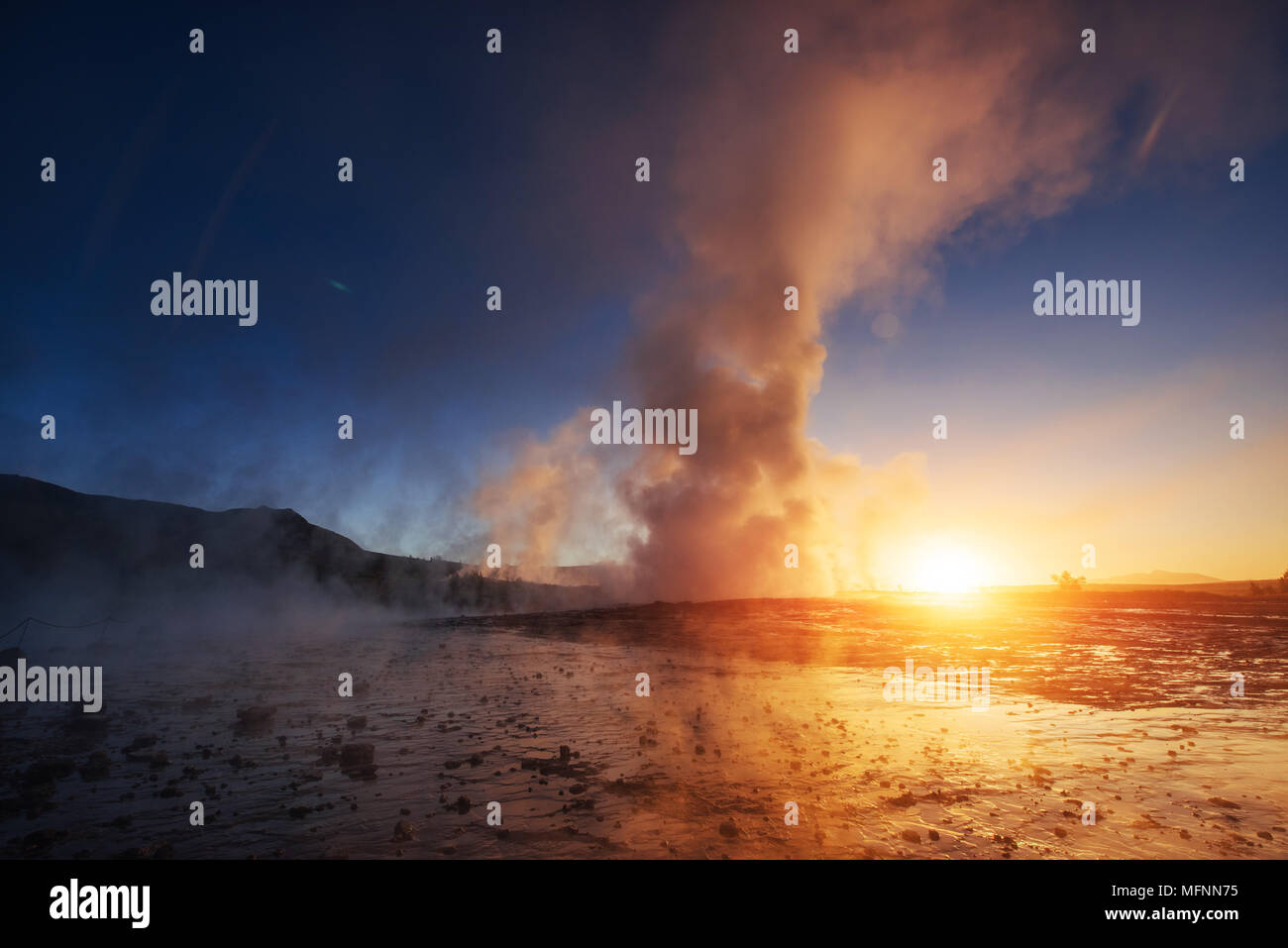 Les geysers en Islande. Kolory fantastique.Turysty regarder la beauté du monde Photo Stock