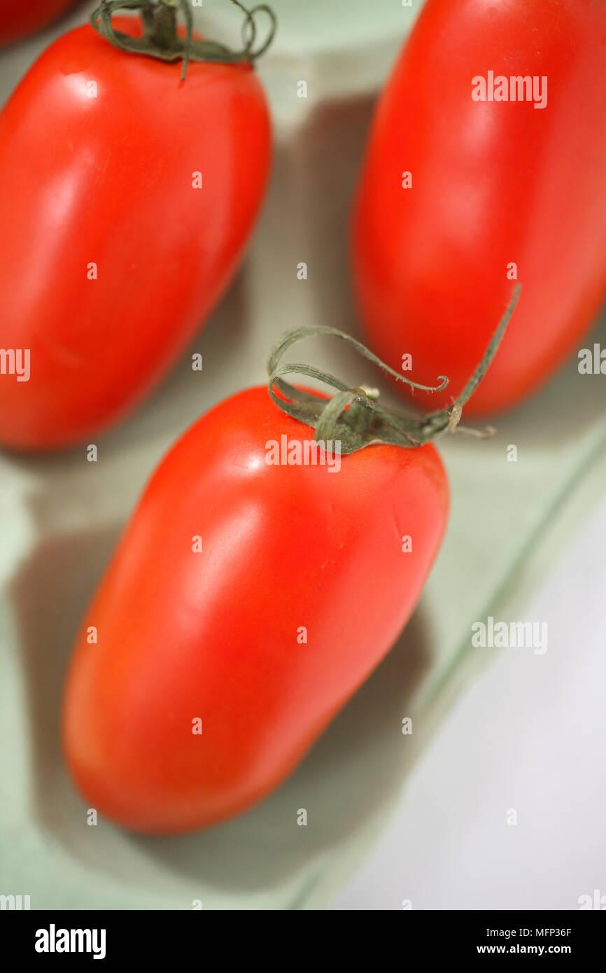 Tomates italiennes avec serviette vert Ref: CRB417_10022_063 crédit obligatoire: Rebecca Devereux/sem - Allemand Photo Stock