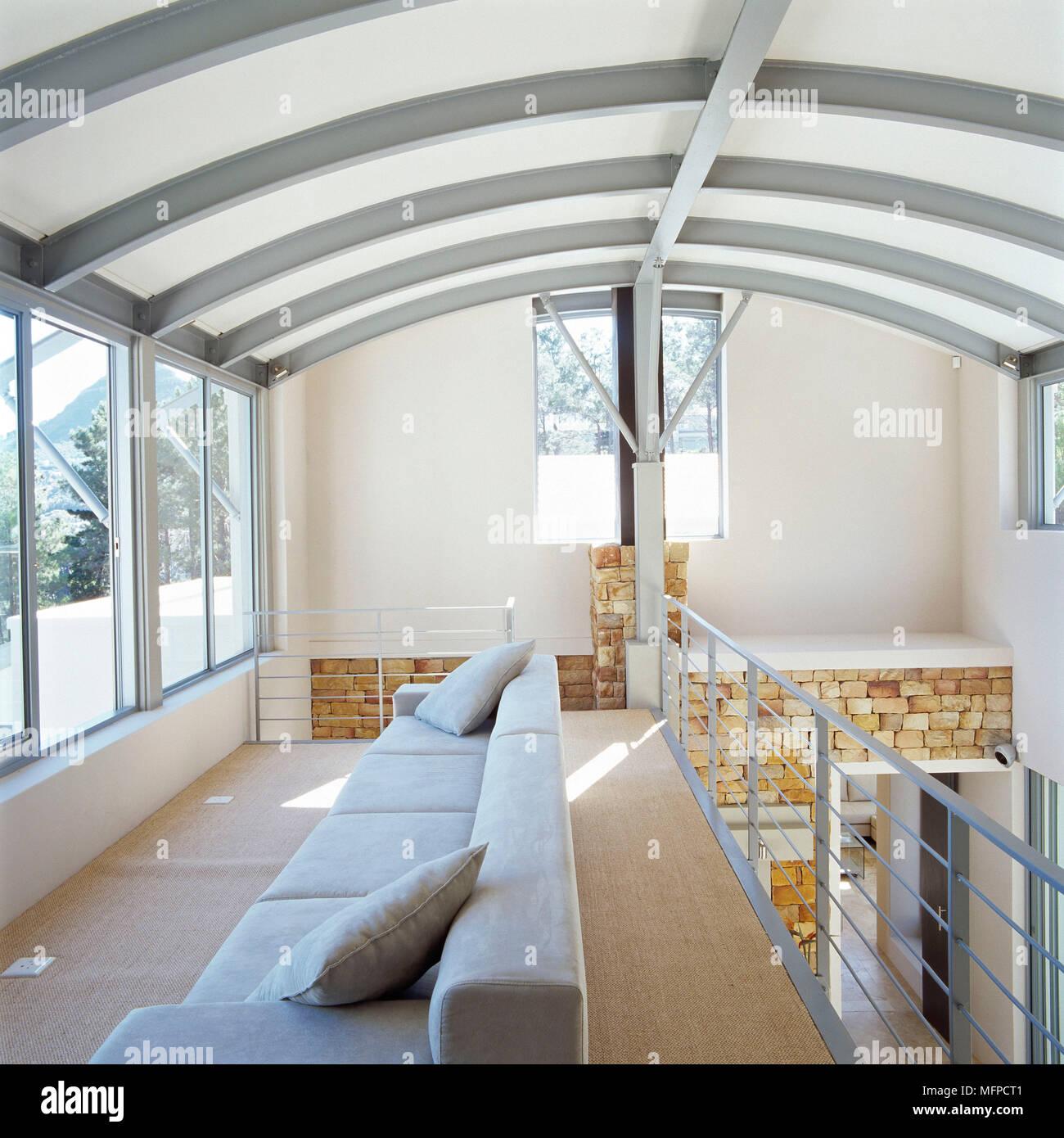 Canap en mezzanine de maison moderne avec plafond incurv banque d 39 images photo stock - Plafond maison ...
