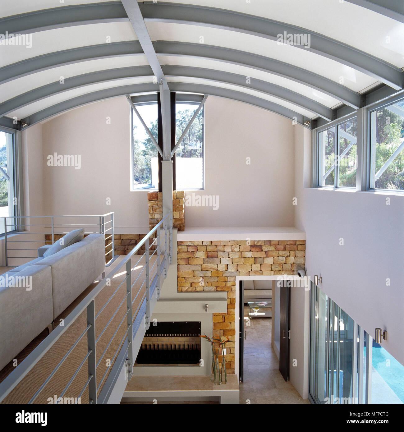 Canapé en mezzanine de maison moderne avec plafond incurvé Banque D ...