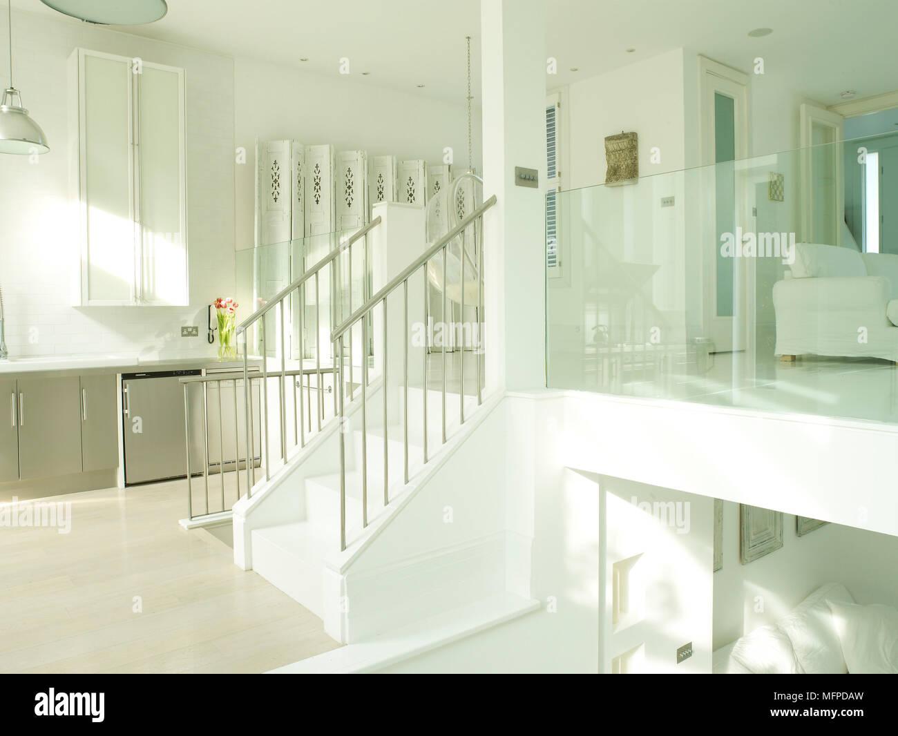 Plan ouvert contemporain blanc duplex couloir avec escalier ...