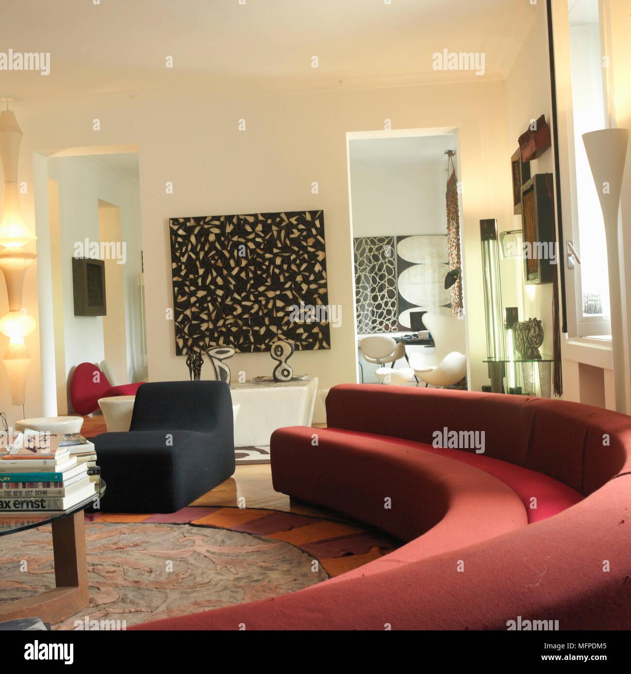 Un salon moderne avec de hauts plafonds, de parquet, d\'\'un ...