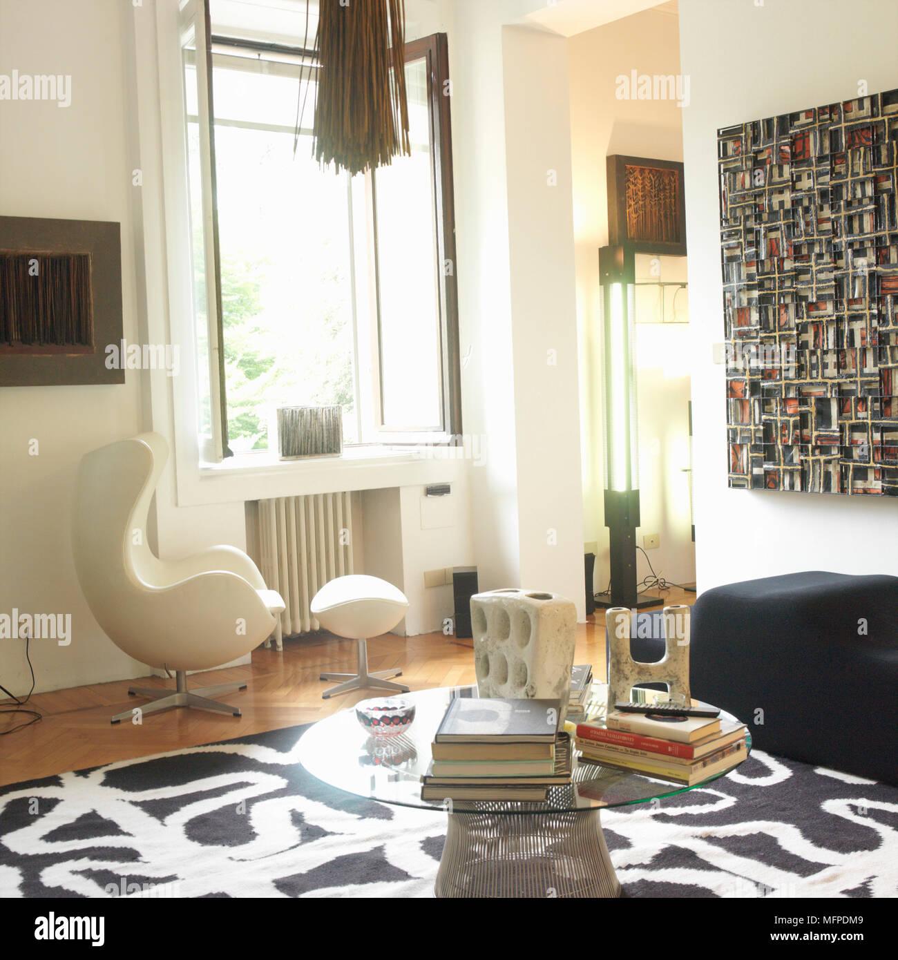 Un salon moderne avec un noir et blanc mat abstrait sur un plancher ...
