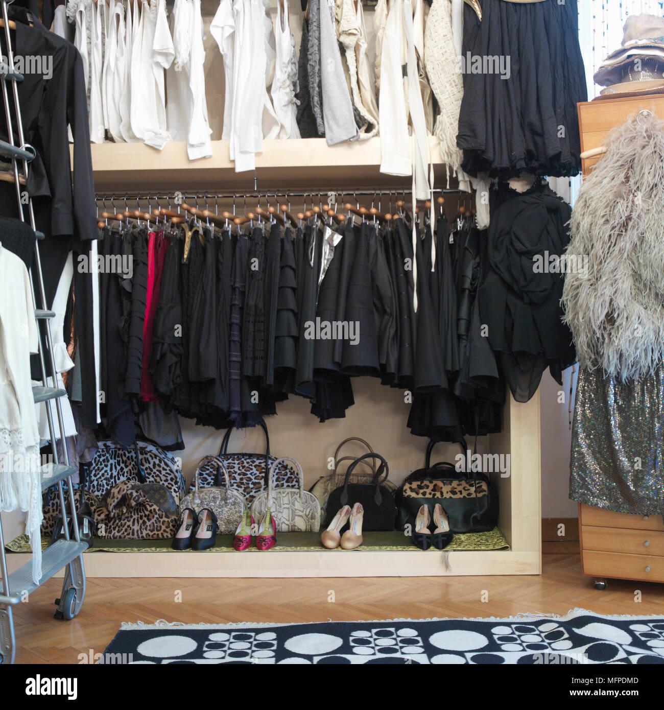 Détail d\'une chambre moderne, rangement des vêtements ...