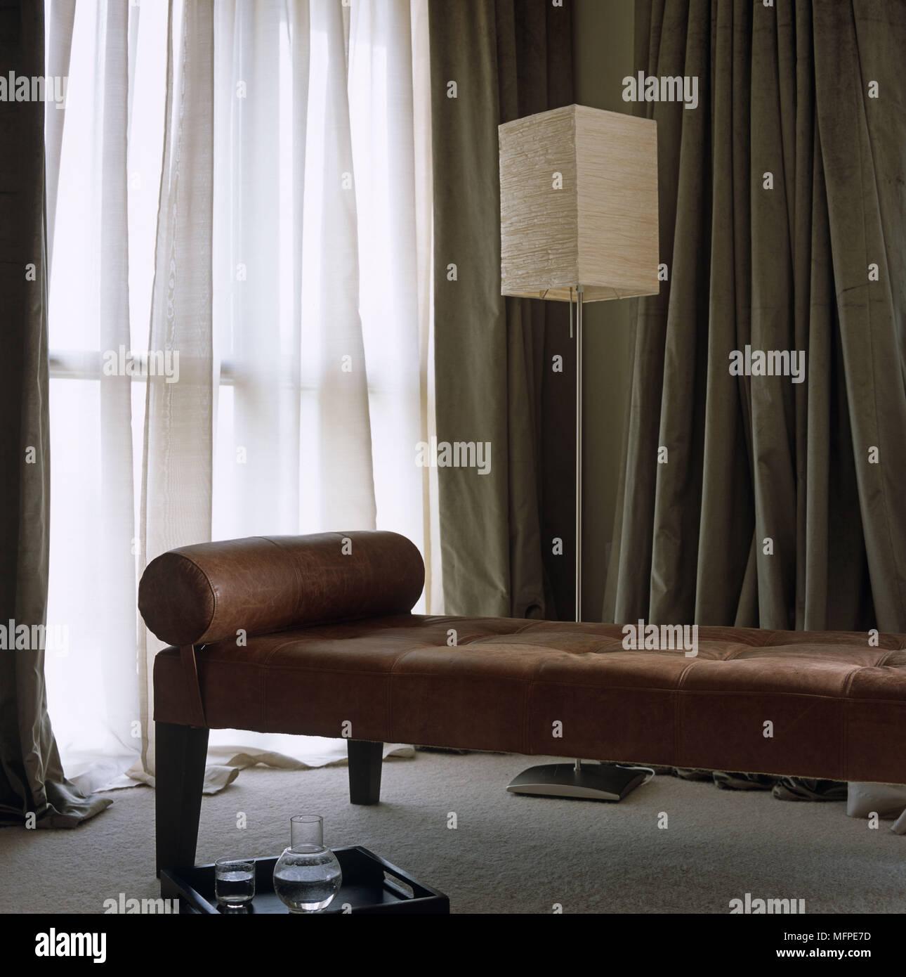 Un Salon Moderne En Cuir Marron Détail Un Siège En Face Du0027un Lampadaire  Contemporain Avec Une Grande Fenêtre Couverte Du0027un Rideau Translucide.