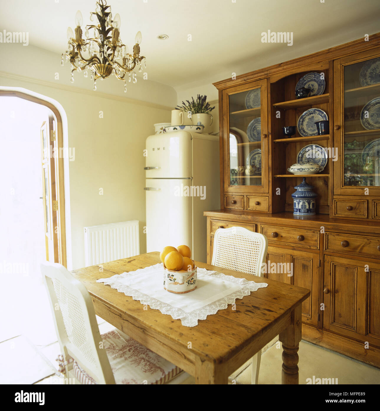 à traditionnelle manger avec grand Une un vaisselier salle NwPXZ8knO0