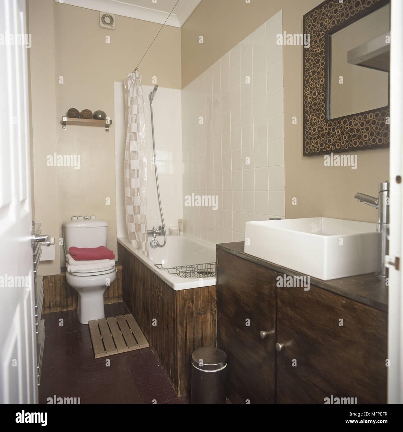 Salle De Bains Moderne Avec Baignoire Douche Lavabo Toilettes Banque