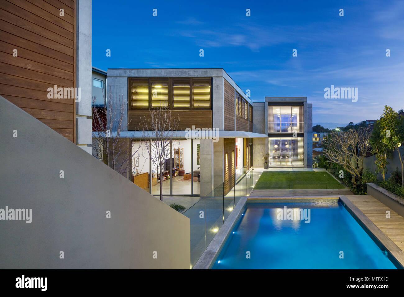 Exterieur De Maison Moderne Avec Terrasse Et Piscine Banque D Images