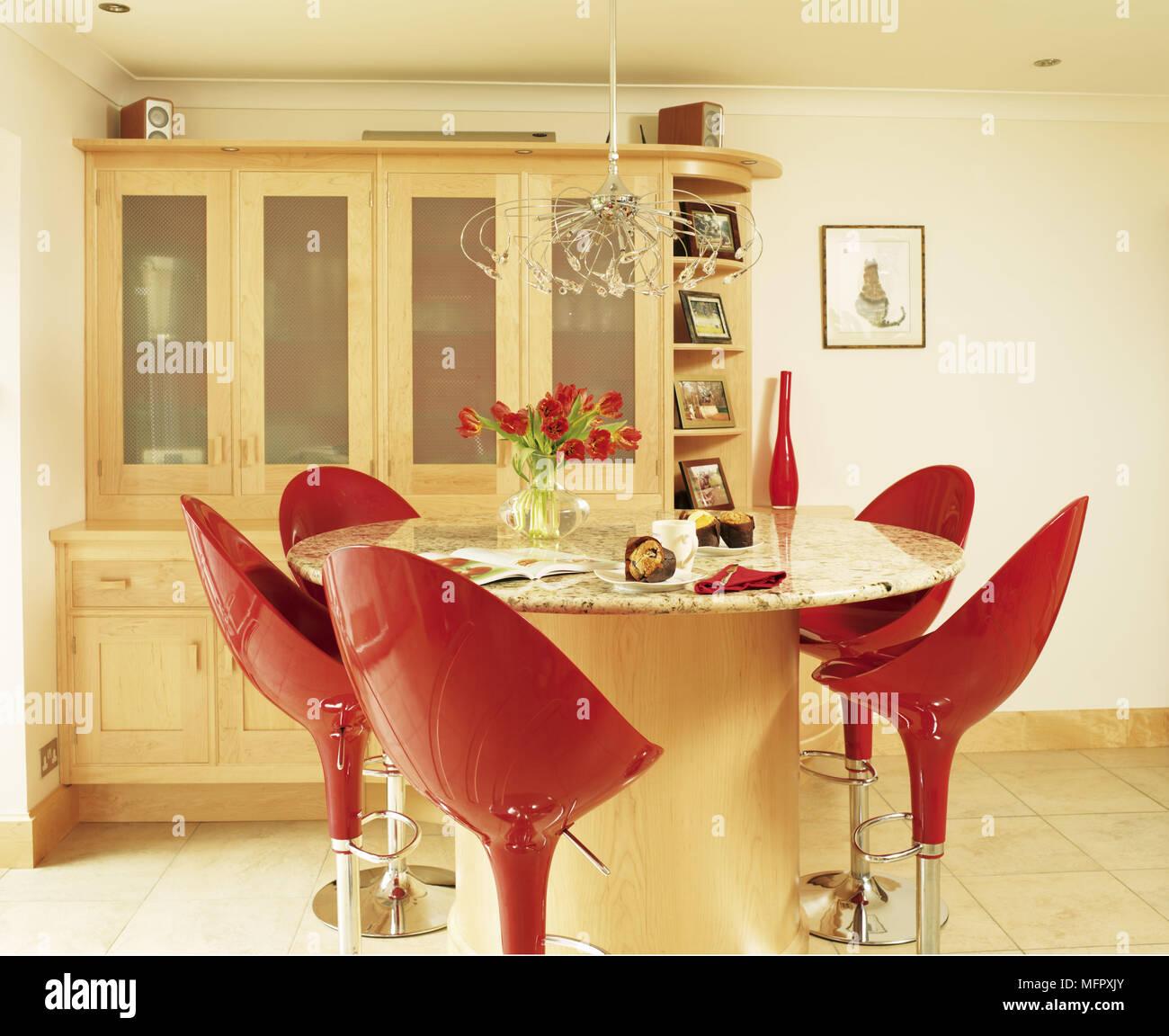 Petit déjeuner-bar avec tabourets rouge dans le centre de la cuisine ...