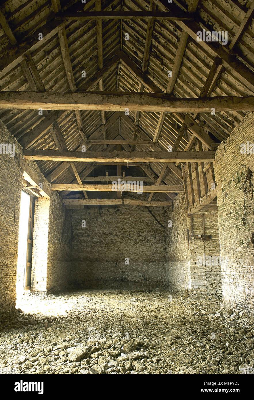 Mur Pierre Apparente Intérieur intérieur d'une détérioration de la grange en pierre avec