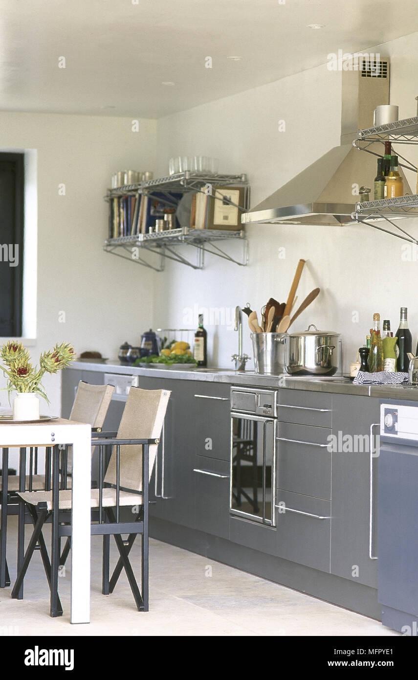 Moderne, cuisine-salle à manger avec carrelage gris, les ...