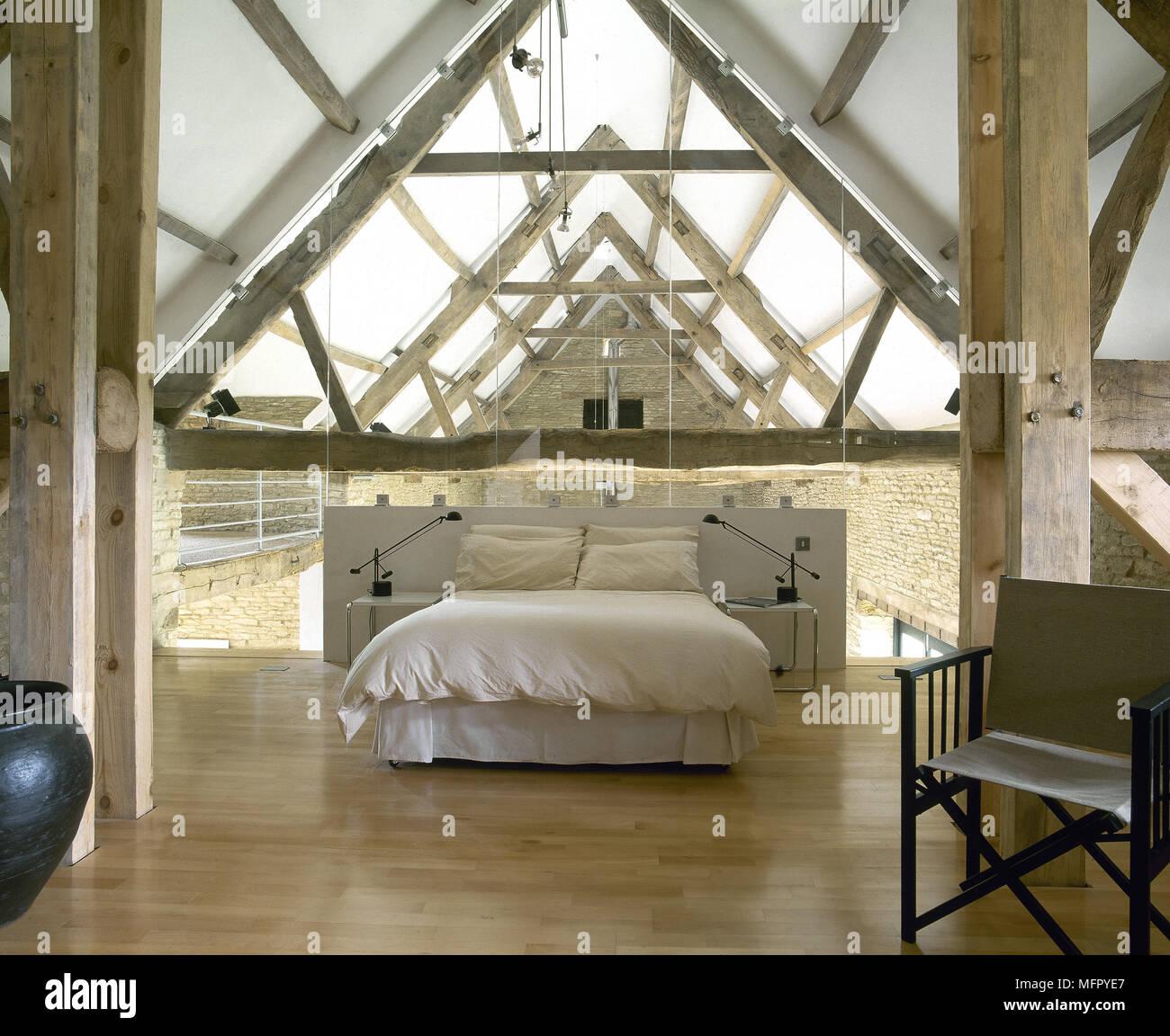 chambre loft dans une ancienne grange avec un plancher de bois, des
